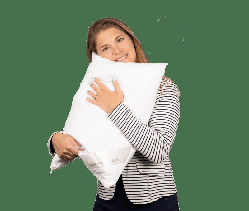 Simona Tschannen laechelt und haelt ein Kissen in den Haenden