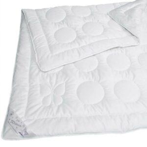 Java Bettdecke auf weissem Hintergrund