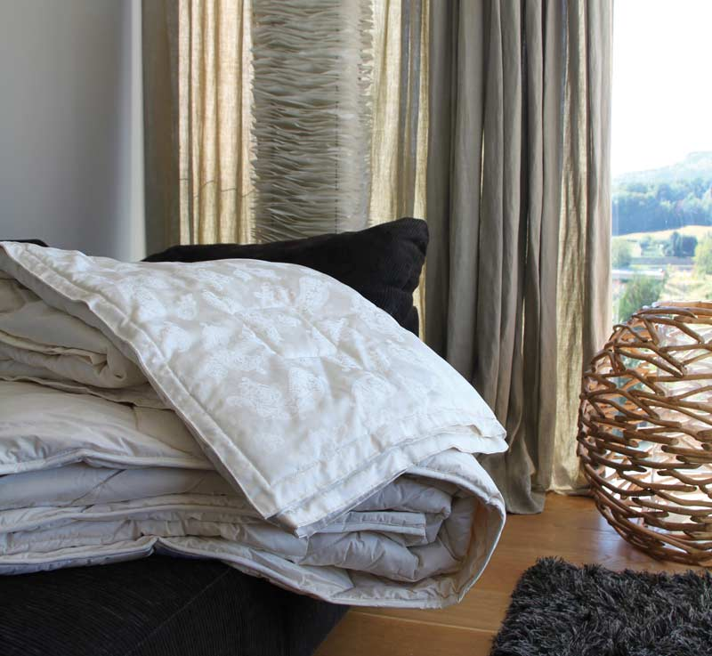 Naturfaser Bettwaren von Sweet Dreams vor einem Fenster mit einem duennen Vorhang